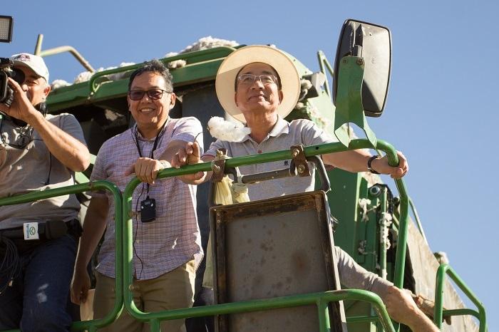 Embaixadores da Indonésia (à esquerda) e do Vietnã ( à direita) em cima da colheitadeira na lavoura.