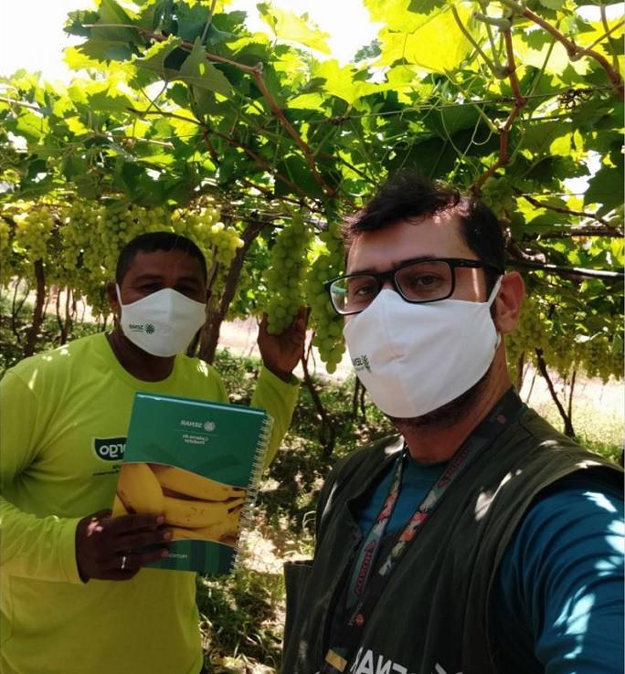 Elton Carlos atende fruticultores em Pernambuco