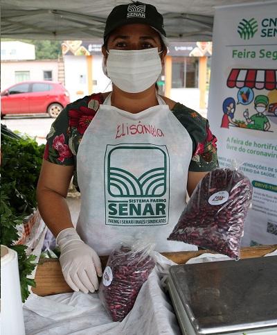 Elisangela comercializou todos os produtos que levou para a feira segura