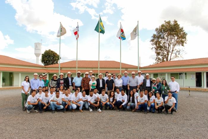 Grupo com estudantes da Fazenda Modelo Paulo Mizote.