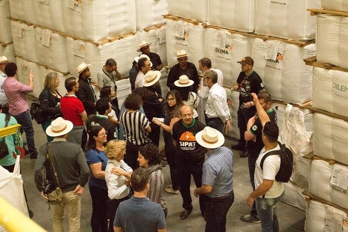 Grupo visitou galpão de armazenamento das sementes. O local concentra 35 mil sacas de 5 milhões de sementes cada.