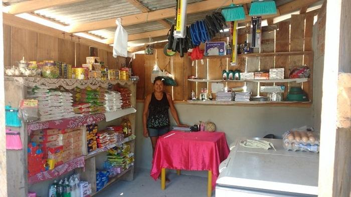 Ana Luiza montou uma loja em seu sítio na comunidade indígena de Manoá