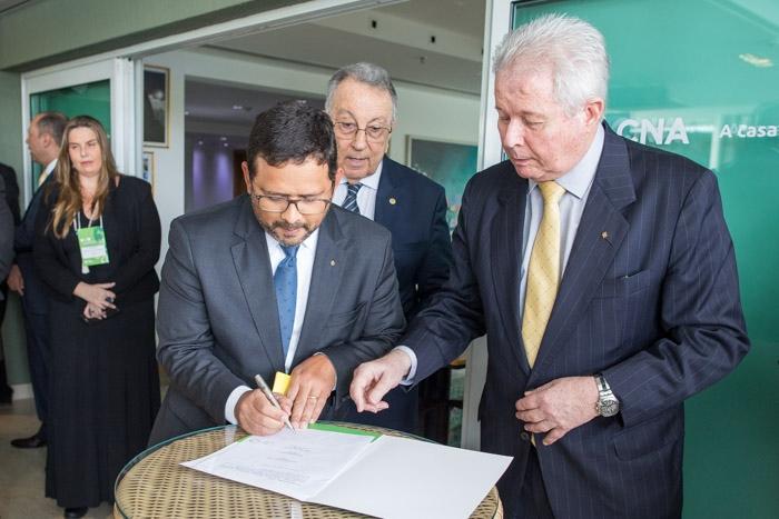 João Rabelo, vice-presidente do BB (à esquerda) e Rubem Novaes, presidente do Banco (à direita) assinam documento da parceria.