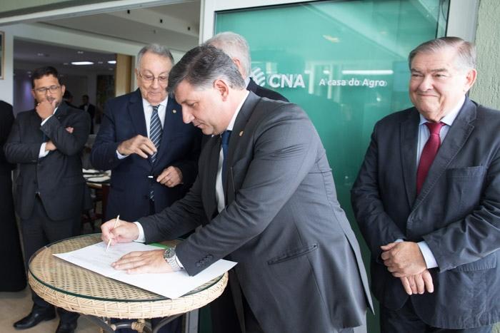 Daniel Carrara, diretor-geral do Senar, foi uma das autoridades que assinaram o termo da parceria.