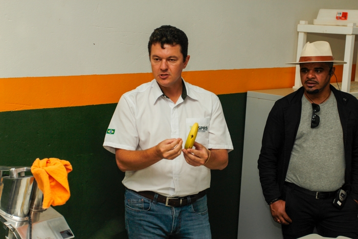 Moisés Schmidt explica o processo de liofilização da banana.