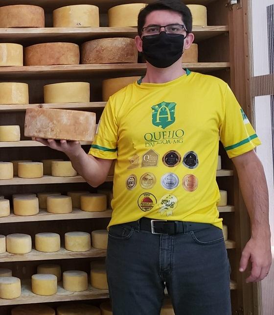 Osvaldo Filho na sua produção de queijos.