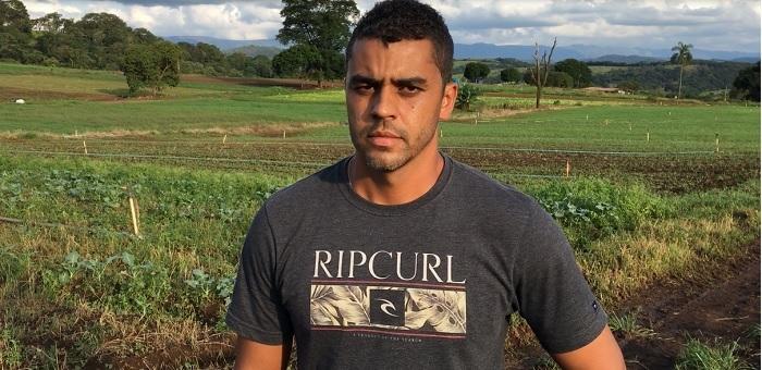 O produtor de hortaliças, Rafael Campos, é atendido pelo Senar SuperAção Brumadinho
