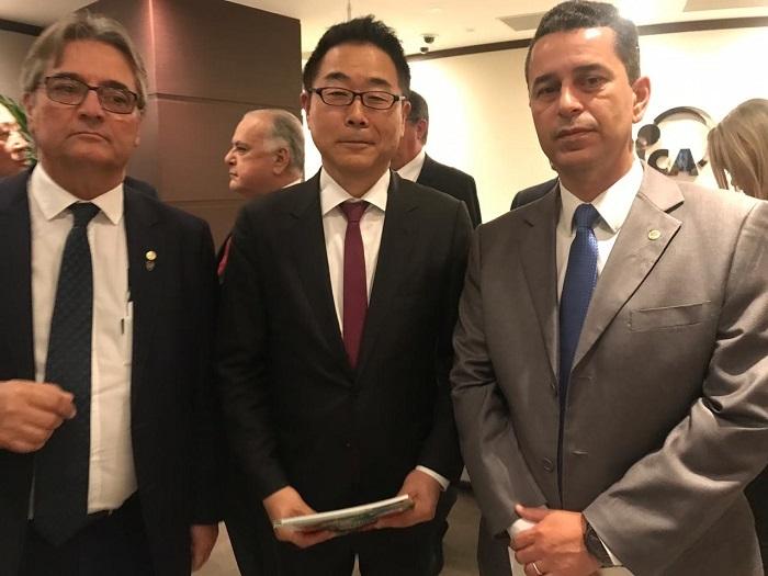 Diretor de Relações Internacionais da CNA, Gedeão Pereira, e o vice-presidente da Confederação, Muni Lourenço,  com Koshikawa KAzuhiko, vice-presidente sênior da JICA.